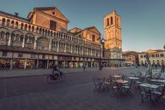 Cathédrale et place principale de ville Ferrare de la Renaissance Photos stock