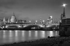 Cathédrale et Tamise de St Pauls à Londres Photographie stock libre de droits