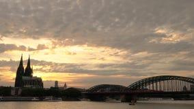 Cathédrale et trains de Cologne sur le pont de Hohenzollern au-dessus de la rivière le Rhin, Allemagne banque de vidéos