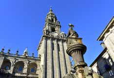 Cathédrale, façade romane de Platerias et tour d'horloge baroque avec la fontaine en pierre de chevaux compostela de Santiago E image libre de droits