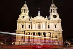 Cathédrale Londres de rue Paul la nuit Images stock