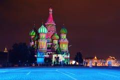 Cathédrale lumineuse de St Basil la nuit dans la place rouge Photos libres de droits