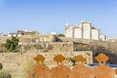 Cathédrale, murs de ville et monument d'hommage aux chanteurs de l'Alentejo Photo libre de droits
