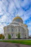 Cathédrale navale orthodoxe de Saint-Nicolas dans Kronstadt, près de Sain Image stock