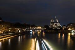 Cathédrale Notre Dame à Paris la nuit Photographie stock