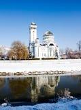 Cathédrale orthodoxe avec la neige en Roumanie Photo libre de droits