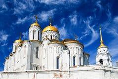 Cathédrale orthodoxe avec les dômes d'or sous un ciel bleu Photo libre de droits