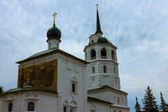 Cathédrale orthodoxe dans la perspective d'un ciel nuageux photo stock