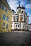 Cathédrale orthodoxe de Tallinn par des pavés ronds dans la vieille ville médiévale Images stock