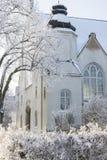 Cathédrale rurale suédoise avec les arbres et la neige photographie stock libre de droits
