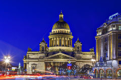 Cathédrale St Petersburg d'Isaac de saint, la nuit, pendant des vacances de Noël Image stock