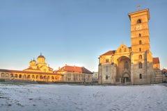 Cathédrales orthodoxes et catholiques dans la forteresse alba d'Iulia, panorama Photographie stock libre de droits