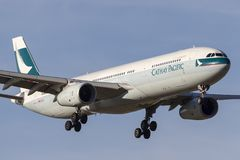 Cathay Pacific Aerobus A330-343 samolot B-LAK na podejściu ziemia przy Melbourne lotniskiem międzynarodowym zdjęcia royalty free
