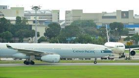 Cathay Pacific Airbus 330, der an Changi-Flughafen mit einem Taxi fährt Lizenzfreies Stockfoto