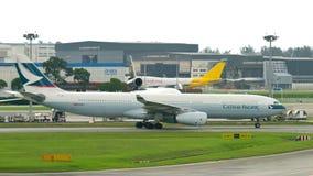 Cathay Pacific Airbus 330, der an Changi-Flughafen mit einem Taxi fährt Stockfotos
