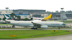 Cathay Pacific Airbus 330 que taxiing no aeroporto de Changi Fotos de Stock