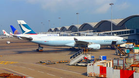 Cathay pacific aircraft at hong kong airport Royalty Free Stock Photos