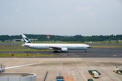 Cathay Pacific Airways на гудронированном шоссе авиапорта Narita Стоковое фото RF