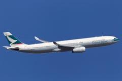 Cathay Pacific Airways Airbus A330-343X B-HLP que sube después de despegue del aeropuerto internacional de Melbourne fotos de archivo
