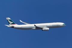 Cathay Pacific Airways Airbus A330-343X B-HLP que sube después de despegue del aeropuerto internacional de Melbourne imágenes de archivo libres de regalías
