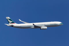 Cathay Pacific Airways-Luchtbus A330-343X die B-HLP na start van de Internationale Luchthaven van Melbourne beklimmen Royalty-vrije Stock Afbeeldingen