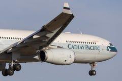 Cathay Pacific-B-LAK van het Luchtbusa330-343 lijnvliegtuig op benadering van land bij de Internationale Luchthaven van Melbourne royalty-vrije stock fotografie