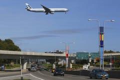 Cathay Pacific Boeing 777 in de hemel van New York alvorens bij JFK-Luchthaven te landen stock afbeelding