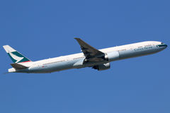 Cathay Pacific Boeing 777-300 flygplan Fotografering för Bildbyråer