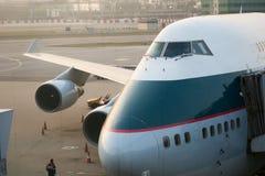 Cathay Pacific Boeing 747-400 jumbo - strålen parkerar på porten framme av slutlig byggnad royaltyfri bild