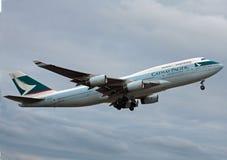 Cathay Pacific Boeing 747 que descola Foto de Stock Royalty Free