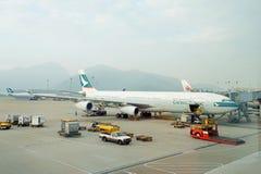 Cathay Pacific flygbuss A340 i Hong Kong International Airport Arkivfoton