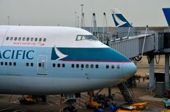 Cathay Pacific 747 jumbojet bij Hong Kong-luchthaven wordt geparkeerd die Royalty-vrije Stock Fotografie