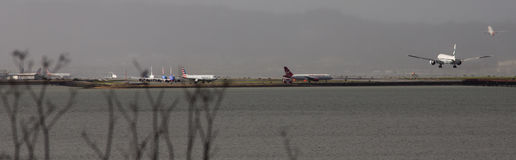 Cathay Pacific 777 Ląduje SFO zdjęcia stock