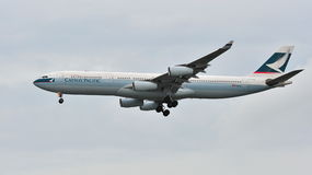 Cathay Pacific-Luchtbus A340 die bij Changi Luchthaven landen Royalty-vrije Stock Afbeelding