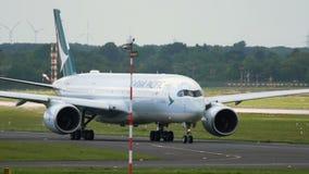 Cathay Pacific-Luchtbus A350 die bij de luchthaven van Dusseldorf taxi?en stock video