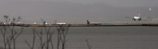 Cathay Pacific 777 SFO de débarquement Photos stock