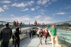 Cathédrale de rue Paul et la passerelle de millénium Photos libres de droits