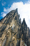 Cathédrale des DOM Cologne de Koelner au-dessus de ciel bleu Photographie stock