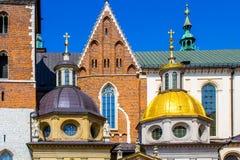 Cathedral y capilla, castillo real de rey Sigismund en la colina de Wawel, Kraków, Polonia Fotografía de archivo libre de regalías