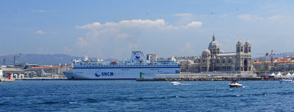 Cathedrale La在马赛港的少校和游轮  免版税库存照片