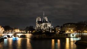 Cathedrale Notre Dame de Paris på natten Fotografering för Bildbyråer