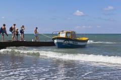 Cather wird weg zu einem konkreten Wellenbrecher für das Verschalen von Passagieren vom Strandurlaubsort der Regelung Adler, Soch Lizenzfreie Stockfotografie