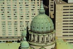 Catheral y rascacielos Fotos de archivo libres de regalías