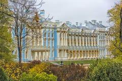 Catherine Palace i den Pushkin trädgården på Tsarskoe Selo Royaltyfri Foto