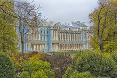 Catherine Palace i den Pushkin trädgården på Tsarskoe Selo Fotografering för Bildbyråer