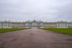 Catherine Palace i den Pushkin trädgården på Tsarskoe Selo Royaltyfri Bild