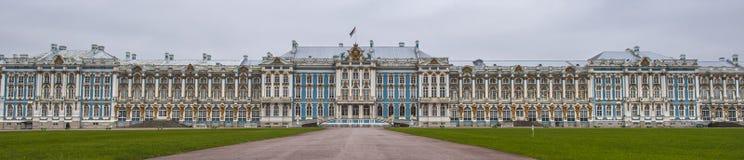 Catherine Palace i den Pushkin trädgården på Tsarskoe Selo Royaltyfria Bilder