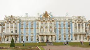 Catherine Palace i Tsarskoye Selo i regnet Royaltyfri Bild