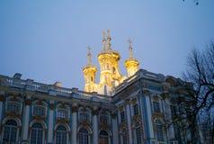 Catherine Palace - kupolerna av slottkapellet arkivbilder