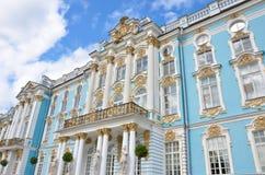 Catherine Palace och blå himmel royaltyfri foto